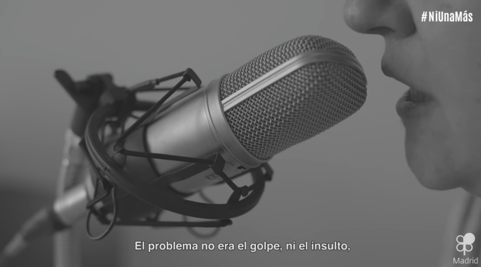 locutora hablando por micrófono