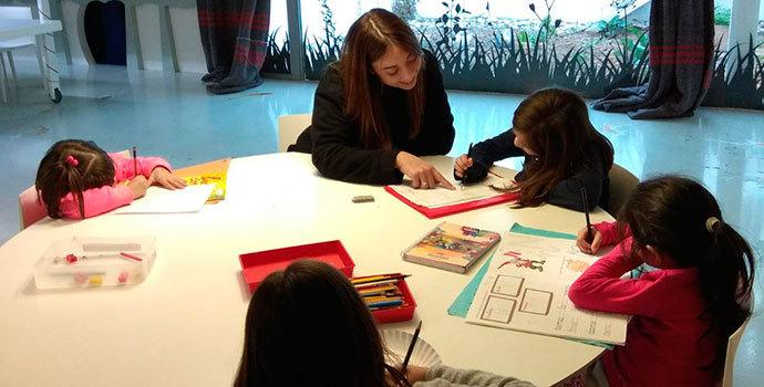 Niños pequeños pintando