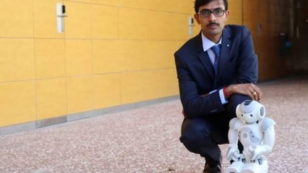 Un robot y un investigador