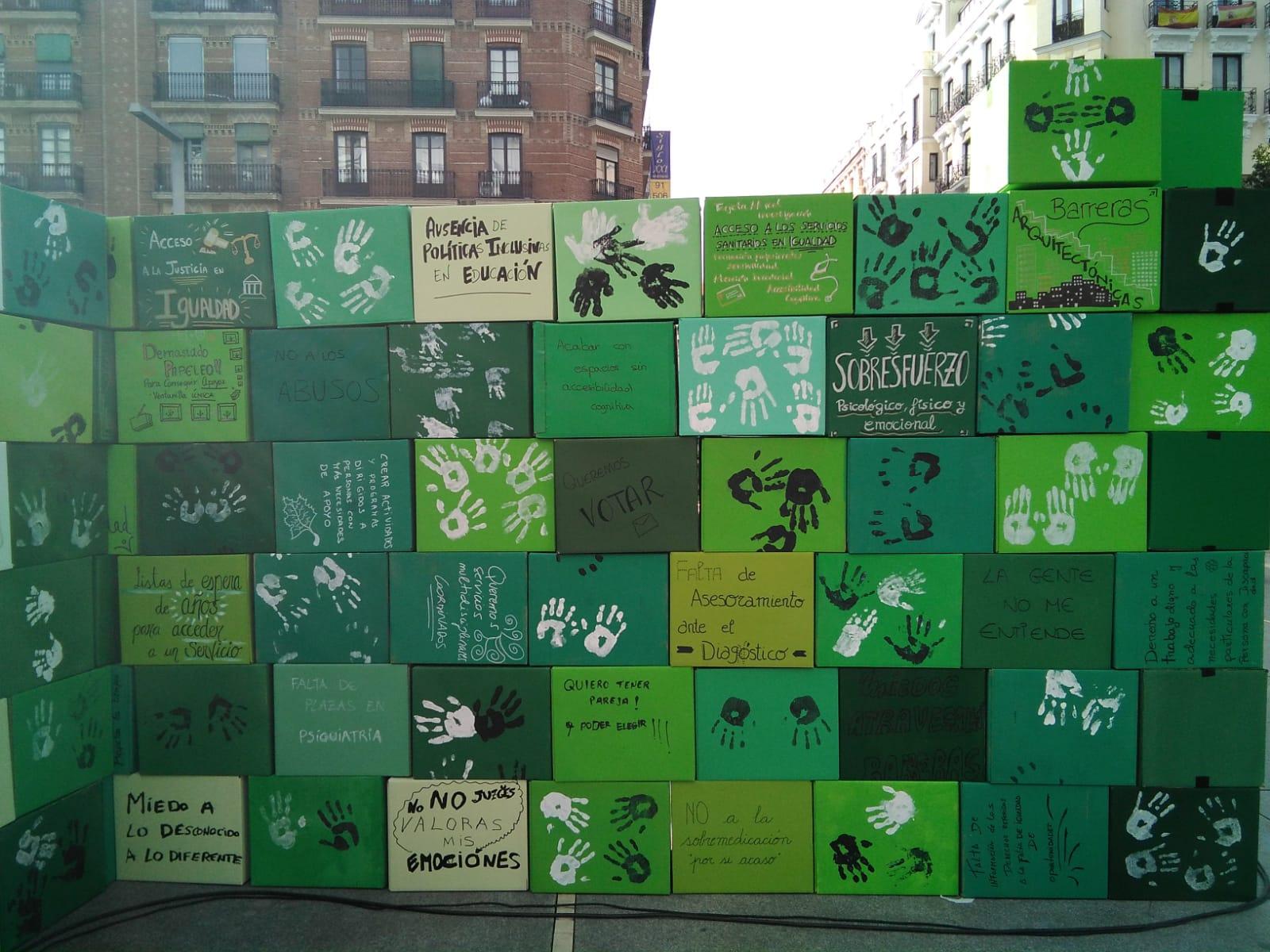 cajas con frases impresas que verbalizan las barreras que sufren las personas con discapacidad y sus familiares