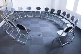 sillas colocadas en círculo