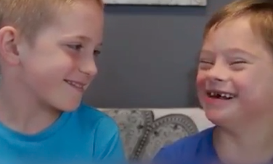 Dos hermanos riéndose